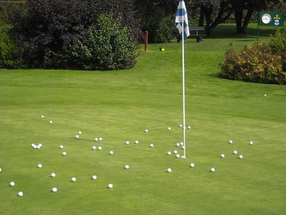 Practice chipping on a Golf-green